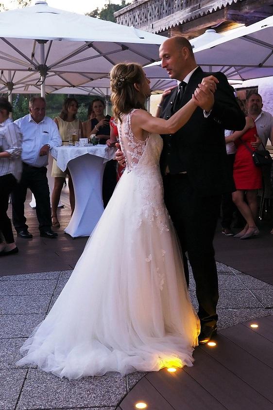 Brautpaar im Freien